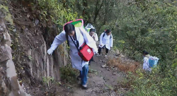 """大峽谷裏的""""背簍醫生"""""""