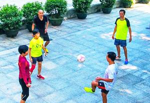 抬腿、跳躍、屈體 航拍毽球足球運動