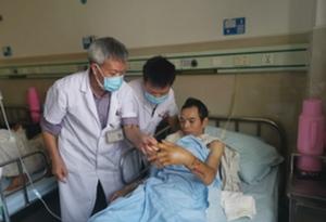 """打工男子左手臂被機器絞斷,醫生8小時手術成功再植!保住了他全家生活的""""希望""""!"""